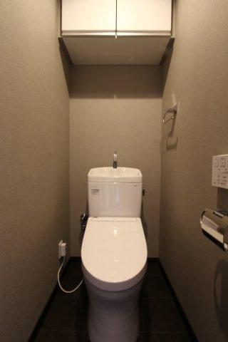 お洒落なグレートーンのクロスを採用したトイレ空間◎ホワイトに比べ汚れも目立ちにくく、洗練された雰囲気に◎上部には、掃除用品やペーパーのストックも収納出来る棚を設置◎使い勝手良さそうです。