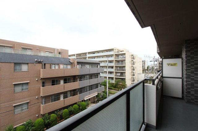 バルコニー面積:8.34平米◎2部屋にまたがる2面バルコニーからはシティライクな街の眺望が見渡せますよ。屋根付きなので、急な天候の変化にも洗濯物が濡れずに済むのも嬉しいポイントです。