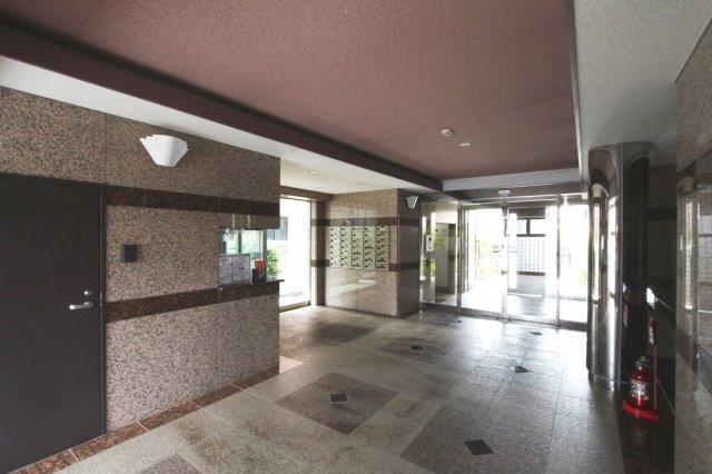 グランマーレ湘南アプレは安心の免震構造物件になっております。エレベーターあり、宅配ボックスやトランクルームあり(月額:300円)敷地内駐車場など、共有施設も充実しております。