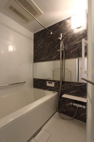 つまづきや転倒防止にも一役買ってくれる手すり付きのユニットバスは新規交換済なので、気持ちよくご入浴頂けます。また浴室内には乾燥機も付いておりますので、雨の日の洗濯物干しにも困らず重宝しますよ!!
