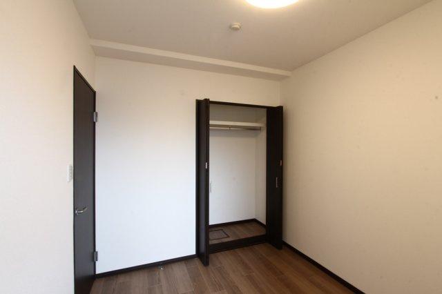 全室にはしっかりとクローゼット収納が完備されております。上部棚・一段ポール付きで皺の気になるスーツやコートはハンガーがけも出来、置き場所に困る鞄などもたっぷりしまえる収納力があります。