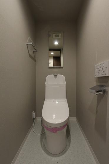 2021年5月に新規交換のトイレ。白を基調とした清潔感のある快適なトイレスペースです。毎日使う大切な空間です。ぜひ現地にて細部までチェックして下さいね。
