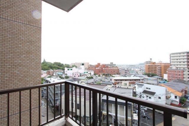 4階部分のお部屋で目の前には眺望を遮る大きな建物がなく開放的です。南東向きで心地よい朝日を浴びることができ、健康的な暮らしが送れそう