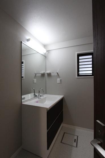 洗面化粧台交換済み。忙しい朝も家族ならんで身支度ができる、広々とした洗面台。たっぷりの収納も完備されていて洗面小物などもスッキリ片付き便利ですね。