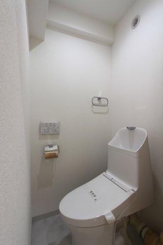 冷たい便座に座らずに済み、トイレットペーパーの節約にもなる温水洗浄便座を採用した快適なトイレ空間◎ お掃除も楽々ですので、忙しい奥様にも嬉しいですね。 タオルハンガーやペーパーホルダーは標準装備です。