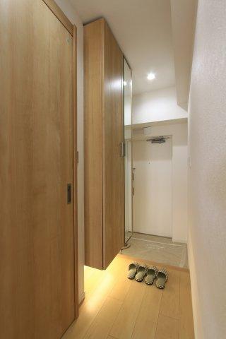 足元を照らすライトがオシャレな空間を演出します。お部屋との段差低く、小さなお子様のいるご家庭やお年寄りのご家族も安心◎ 傘立てやベビーカーなど置いても余裕がある広さの玄関です。細部まで是非ご内覧下さい