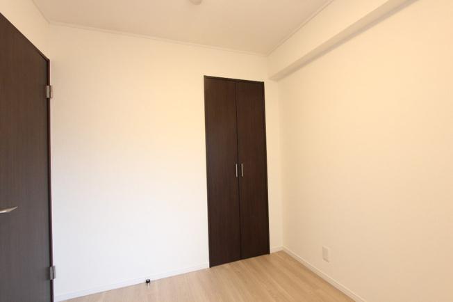 全室洋室の使い勝手のよい間取りです。フロアタイルやクロスも張り替えられ、快適な空間に生まれ変わりました。