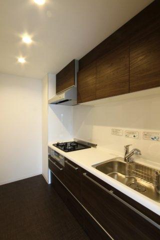 6帖の和室は、陽当たりも良く心地よい空間です。  奥行のある押入は、収納力が高く大変便利です。