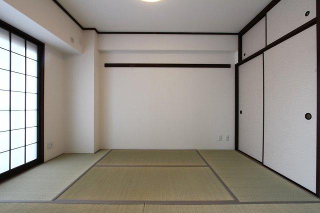 リビングに隣接した和室は、お子様の遊び場や、ちょっとしたお昼寝場所にもピッタリです。 つい気持ち良くてウトウトしてしまいそうですね。