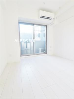 白が基調の清潔感のある室内(同一仕様)