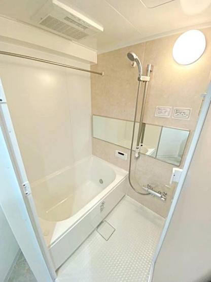 清潔感がある雰囲気のバスルームで、1日の疲れを癒せます