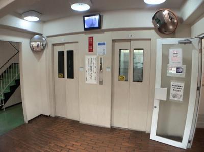 エレベーターが2基あるマンションです。