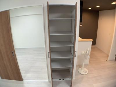 LDKの収納スペースです。便利です。
