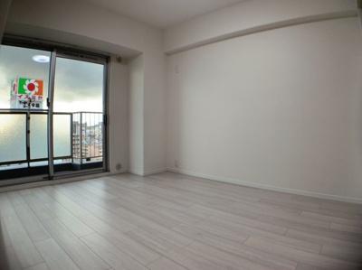 LDK横の洋室です。約5.6帖あります。