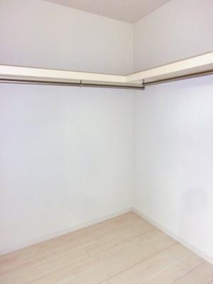 (同仕様写真)主寝室にWICを備え、全居室収納スペースを設けました。枕棚もあるので小物も綺麗に整理出来ますね