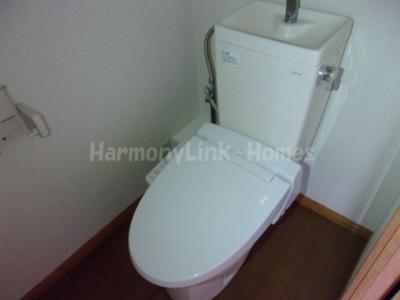 レオパレスウエストヒルの落ち着いた色調のトイレです