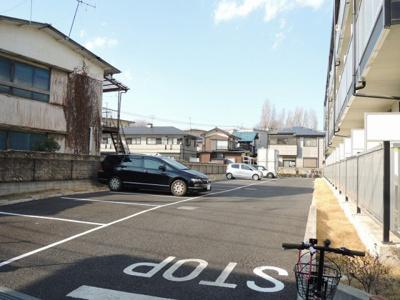コンクリートの駐車場完備