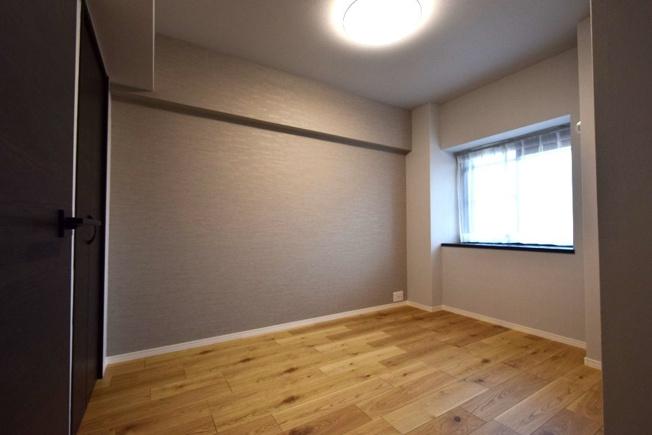 5.2帖の洋室。ナチュラルな木目の床に淡いグレーのクロスが落ち着く大人っぽいお部屋になりました