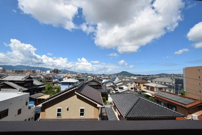 前面はさえぎる高層ビルもなく、美しい青空の眺望が広がります