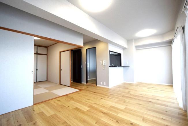 7月にリフォーム完成しました☆彡 バルコニーに面した広~いLDKはとっても開放的!6帖の和室もフラットにつながっているので、約21帖の大空間としても使えますよ