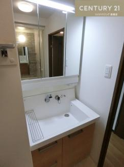 シャンプードレッサー付三面鏡洗面化粧台です。 広々使え朝の身支度などもスムーズに行えそうですよね。