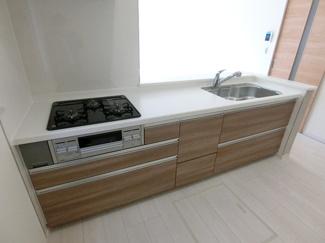 キッチン(同仕様) 3口コンロのシステムキッチンで料理もはかどりそうですね。