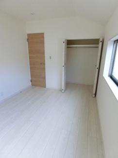 洋室(同仕様) 3部屋の洋室それぞれに収納がありバルコニー付のお部屋もあります。