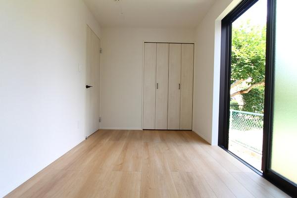 1階5.0帖の洋室。公園に隣接し、気持ちの良い風が入ります!