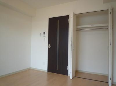 洋室6.4帖の広めのお部屋です。