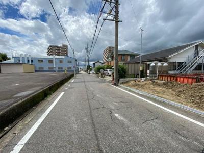 南側6.2m幅の公道です。交通量も少なく見通し良好です。