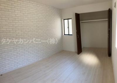 (同仕様写真)南側の主寝室に面すバルコニーは日当たりが良いので家族みんなの洗濯物も一気に干せて奥様の家事も捗りますね