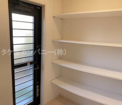 (同仕様写真)窓の大きさも充分な洗面室は採光と湿気対策に役立ちます!清潔感もあり、気持ちよく毎日お使い頂けますね。