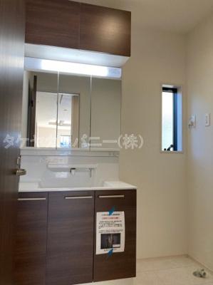 (同仕様写真)キッチン奥には勝手口と可動棚スペースを設けました。