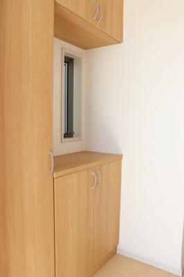 (同仕様写真)高さ調整が可能でスッキリ片付けられる収納力の高い下駄箱を設置しました。毎日の整理整頓がストレスフリーに行えますね