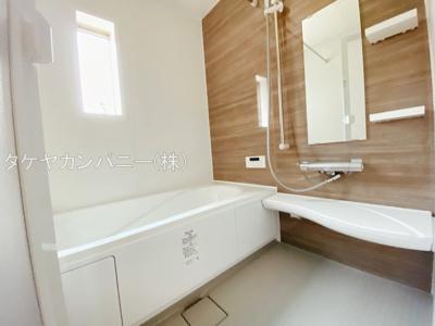 ((同仕様写真)バスユニット1坪タイプ、浴室乾燥機、手すり付き。半身浴の出来る浴槽なので1日の疲れもリフレッシュできます!防カビ抗菌素材なのもうれしいポイント。広々浴室で、毎日のバスタイムが充実し