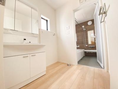 (同仕様写真)広さもさることながら窓の大きさも充分な洗面室は採光と湿気対策に役立ちます!白を基調とした洗面室なので清潔感もあり、気持ちよく毎日お使い頂けますね。