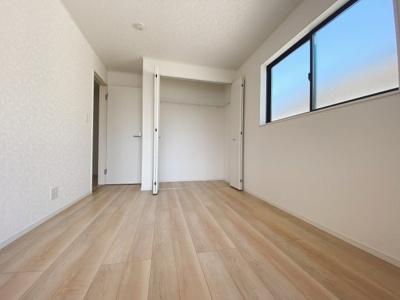 (同仕様写真)全室2面採光で過ごしやすいプレイベート空間3部屋を確保。主寝室は7帖以上になっています。シンプルな色合いで使いやすい広さになっています。
