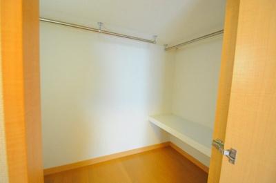 ロフト下は大容量の収納スペース 電気も付きます