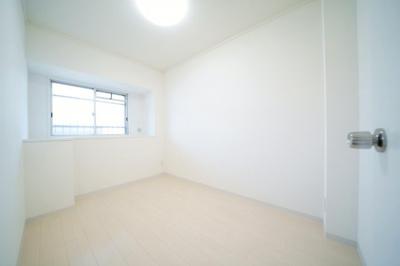北側、約4帖の洋室です。