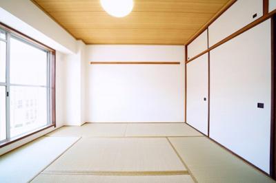 南側、約6帖の和室です。