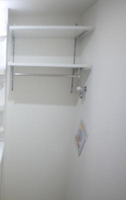 洗濯機置場の上部にも棚があります
