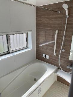 浴室には浴室換気乾燥機がございます