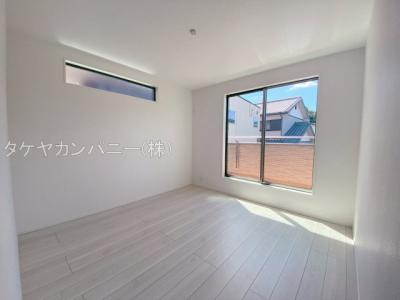 2階は全居南向きで日当たり・風通し良好。主寝室には広さ充分なWICも備えています。シンプルな色合いなので家具やカーテンの色柄を選びません