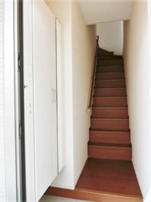 玄関から室内への景観です!階段を上ると洋室6帖のお部屋に繋がっていなす☆