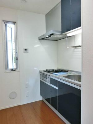 2口ガスコンロ/グリル付きシステムキッチンです☆場所を取るお鍋やお皿もすっきり収納できます♪換気のできる窓付きでお料理の匂いもこもりません!