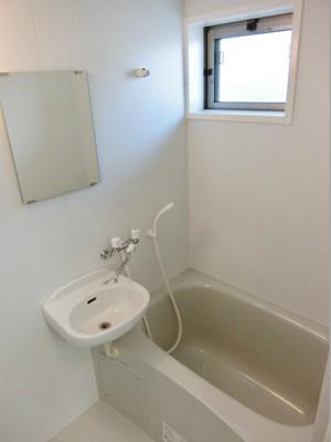 清潔感のある浴室です♪ゆったりお風呂に浸かって一日の疲れもすっきりリフレッシュできますね☆換気のできる小窓付きです♪