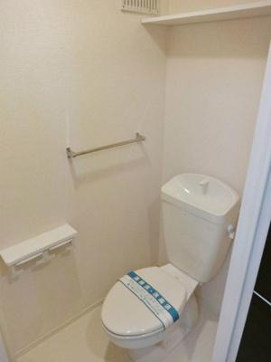 人気のバス・トイレ別です♪小物を置ける便利な棚やタオルハンガーも付いています♪