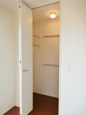 洋室6帖のお部屋にあるワンステップクローゼットです!収納したい物のサイズに合わせて棚板などを自由に動かせます☆