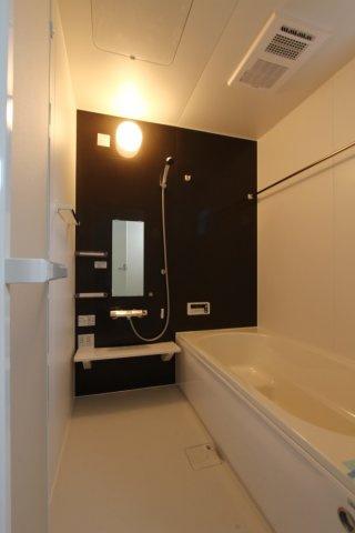 浴室暖房乾燥機のついた浴室は、梅雨の時期でもお洗濯物の心配がなく安心です。また、寒い時期には暖房機能で浴室全体を温めてくれます。