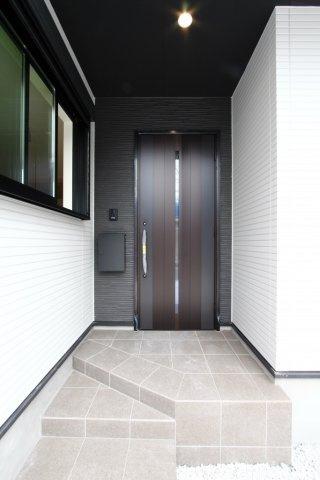 重厚感のある玄関スペースは、ドアを開ける時の期待感を高めてくれます。